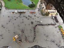Paris - fileira dos turistas na torre Eiffel fotos de stock royalty free