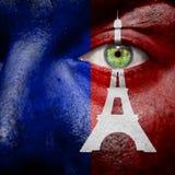 Paris-Flagge mit Eiffelturm auf dem Gesicht eines Mannes, zum von Paris zu stützen Stockfotos