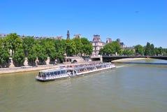 Paris. Flod Seine i en solig sommardag Royaltyfria Foton