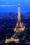 Paris för Eiffel torn natt Fotografering för Bildbyråer
