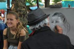 Paris, França - agosto 27,2017: O artista está tirando o retrato para uma menina na rua imagens de stock