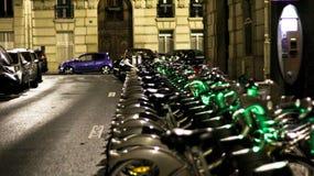 PARIS, FRANÇA - bicicletas alugado na noite foto de stock royalty free