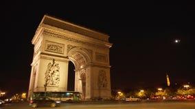 Paris, França cerca do agosto de 2017: Iluminado no arco da noite de Triumph em Paris, Champs-Elysees filme