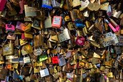 PARIS, FRANÇA - CERCA DO JUNHO DE 2014: Fechamentos do amor na ponte Fotografia de Stock