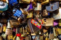 PARIS, FRANÇA - CERCA DO JUNHO DE 2014: Fechamentos do amor na ponte Fotos de Stock