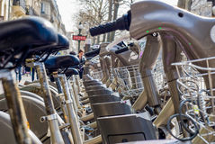 Paris, França - 2 de abril de 2009: Arrendamento público da bicicleta da estação de Velib em Paris Velib tem a penetração a mais  Foto de Stock