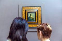 PARIS, FRANÇA - 8 DE ABRIL DE 2011: Duas mulheres que olham Johannes Ver Fotografia de Stock Royalty Free