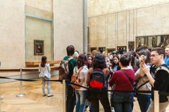 PARIS, FRANÇA - 8 DE ABRIL DE 2011: Estudantes que andam dentro do Louvr Imagem de Stock