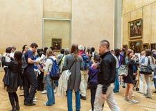 PARIS, FRANÇA - 8 DE ABRIL DE 2011: Estudantes que andam dentro do Louvr Imagens de Stock