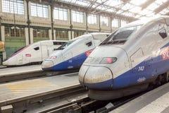 PARIS, FRANÇA - 14 DE ABRIL DE 2015: Os franceses de alta velocidade do TGV treinam na estação do de Lyon do gare o 14 de abril d Imagens de Stock