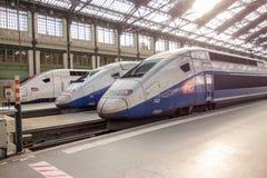 PARIS, FRANÇA - 14 DE ABRIL DE 2015: Os franceses de alta velocidade do TGV treinam na estação do de Lyon do gare o 14 de abril d Imagens de Stock Royalty Free