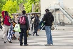 Paris, França - 12 de abril de 2011: Os imigrantes africanos vendem lembranças fotografia de stock royalty free
