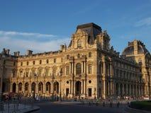 Paris, França 5 de agosto de 2009: Arquitetura velha bonita do Louvre que constrói no por do sol em uma noite do verão imagens de stock