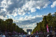 PARIS - FRANÇA - 30 DE AGOSTO DE 2015: Famoso Arco de Triunfo no tempo crepuscular o 30 de agosto de 2015 em Paris, França Foto de Stock