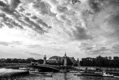 PARIS, FRANÇA - 30 DE AGOSTO DE 2015: foto Preto-branca da ponte famosa de Alexandre III sobre o rio Seine em Paris, França Fotos de Stock Royalty Free