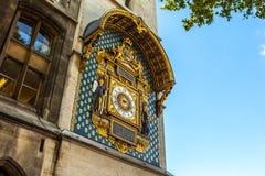PARIS, FRANÇA - 30 DE AGOSTO DE 2015: Relógio dourado velho da cidade em uma parede paris Foto de Stock