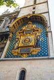 PARIS, FRANÇA - 30 DE AGOSTO DE 2015: Relógio dourado velho da cidade em uma parede paris Fotografia de Stock