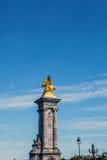 PARIS - FRANÇA - 30 DE AGOSTO: Escultura na ponte de Alexandre III em Paris o 30 de agosto de 2015 em Paris Fotografia de Stock Royalty Free