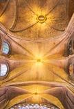 PARIS, FRANÇA - 16 de agosto de 2018 - interior da catedral de Notre Dame com arcos sugestivos e os cofres-forte iluminados e g fotografia de stock
