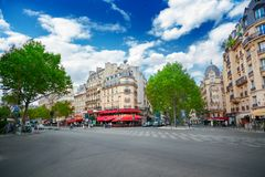 Paris, França - 8 de agosto de 2018: Opinião da cidade Bulevar du Montpa imagem de stock royalty free