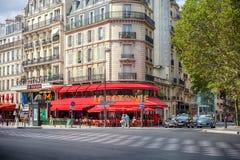 Paris, França - 8 de agosto de 2018: Opinião da cidade Bulevar du Montpa fotografia de stock royalty free