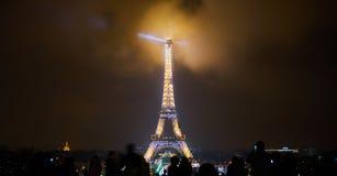 Paris, França - 23 de dezembro de 2017: Os povos estão olhando a torre Eiffel iluminada na noite imagem de stock royalty free