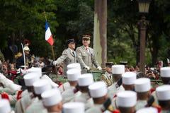 Paris, França - 14 de julho de 2012 O chefe do pessoal das forças armadas do French Republic dá boas-vindas aos legionários Foto de Stock