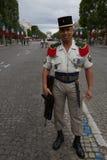 Paris, França - 14 de julho de 2012 O soldado levanta antes do março na parada militar anual em Paris Foto de Stock