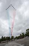 Paris, França - 14 de julho de 2012 Os jatos alfa de Patrouille de França voam sobre o Champs-Elysees Fotografia de Stock Royalty Free