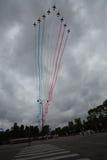 Paris, França - 14 de julho de 2012 Os jatos alfa de Patrouille de França voam sobre o Champs-Elysees Imagens de Stock Royalty Free