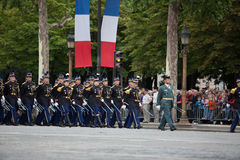 Paris, França - 14 de julho de 2012 Os soldados da legião estrangeira francesa marcham durante a parada militar anual Imagens de Stock
