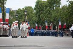 Paris, França - 14 de julho de 2012 Os soldados da legião estrangeira francesa marcham durante a parada militar anual Fotografia de Stock