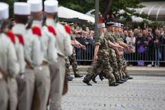 Paris, França - 14 de julho de 2012 Os soldados da legião estrangeira francesa marcham durante a parada militar anual Imagem de Stock