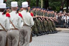 Paris, França - 14 de julho de 2012 Os soldados da legião estrangeira francesa marcham durante a parada militar anual Imagens de Stock Royalty Free