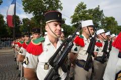 Paris, França - 14 de julho de 2012 Os soldados da legião estrangeira francesa marcham durante a parada militar anual em Paris Imagens de Stock Royalty Free