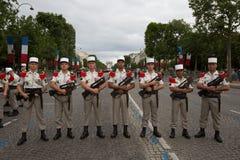 Paris, França - 14 de julho de 2012 Os soldados levantam antes do março na parada militar anual em Paris Fotos de Stock Royalty Free