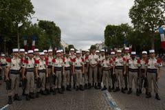 Paris, França - 14 de julho de 2012 Os soldados levantam antes do março na parada militar anual em Paris Foto de Stock Royalty Free
