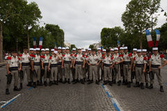 Paris, França - 14 de julho de 2012 Os soldados levantam antes do março na parada militar anual em Paris Imagens de Stock