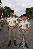Paris, França - 14 de julho de 2012 Os soldados levantam antes do março na parada militar anual em Paris Fotografia de Stock