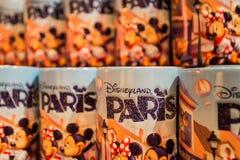 PARIS, FRANÇA - 11 DE JUNHO DE 2014: As canecas da lembrança de Disneylândia fecham-se Fotografia de Stock Royalty Free