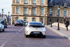 PARIS, FRANÇA - 6 DE JUNHO DE 2014: Carro de Opel Ampera na rua de Paris fotografia de stock royalty free