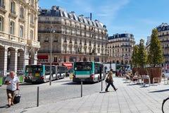 Paris, França - 29 de junho de 2015: Cour de Roma Povos e ônibus imagens de stock royalty free