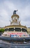 PARIS, FRANÇA - 1º DE JUNHO DE 2015: Grafittis de Charlie dos suis de Je em uma plaza em Paris contra o ataque terrorista no jorn Imagens de Stock