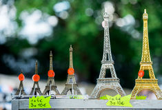 Paris, França 30 de junho de 2013: Mini torres Eiffel na única loja de Paris É uma lembrança que tipical você pode encontrar em c Fotos de Stock Royalty Free