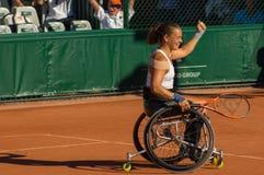 PARIS, FRANÇA - 10 DE JUNHO DE 2017: A mulher de Roland Garros dobra a roda Fotografia de Stock Royalty Free