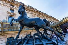 PARIS, FRANÇA - 6 DE JUNHO DE 2014: A estátua do cavalo fora do museu de Orsay imagens de stock