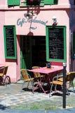 PARIS, FRANÇA - 6 DE JUNHO DE 2014: Exterior francês confortável do café em Paris imagem de stock