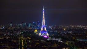 PARIS, FRANÇA - 19 DE JUNHO DE 2018: Luzes brilhantes do timelapse da noite da torre Eiffel Movimento rápido filme