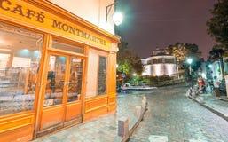 PARIS, FRANÇA - 20 DE JUNHO DE 2014: Os turistas apreciam a vida urbana de Montmartre em uma noite bonita Mais de 30 milhões de p fotos de stock