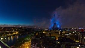 PARIS, FRANÇA - 19 DE JUNHO DE 2018: Timelapse da noite do fogo de artifício da torre Eiffel no dia de Bastille Movimento rápido video estoque